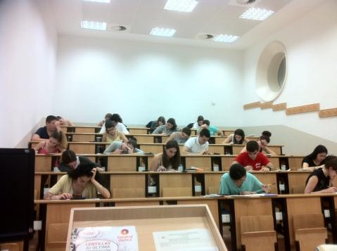 Alumnos realizando la PAU
